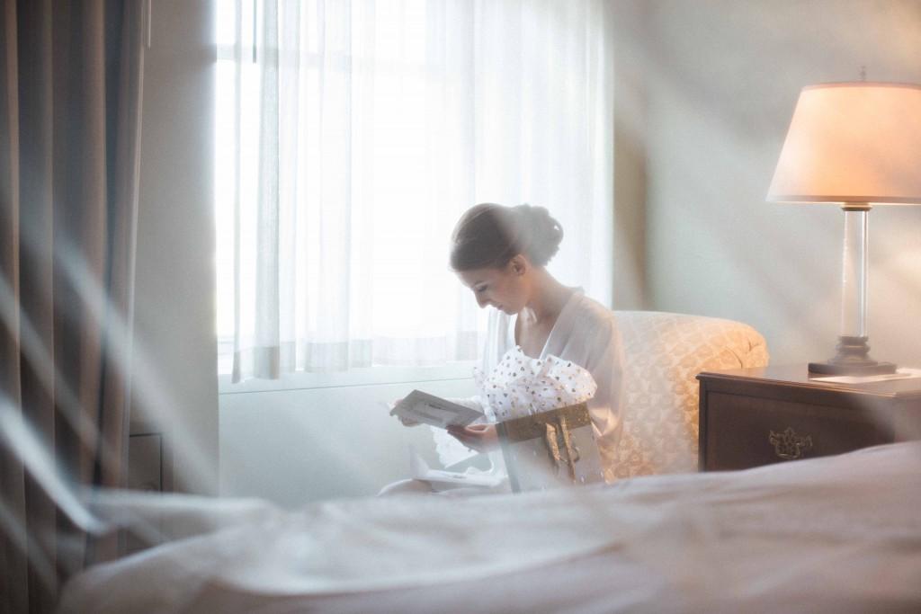 bride-reading-letter